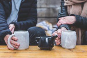二人でコーヒーを飲んでいる写真
